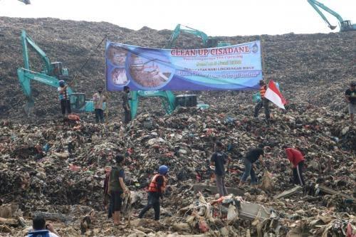 Aksi Aktivis Lingkungan Banksasuci Clean-Up Kali Cisadane Pasca Longsor Cipeucang